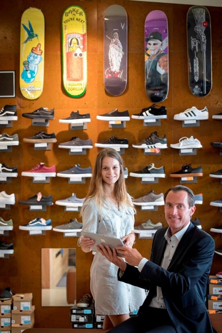 Magdalena Tuppinger und David Schütze im Blue-Tomato-Store