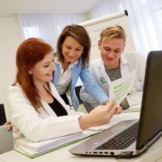 Alina Stürmer mit der WIFI-Englisch-Trainerin Natalia Summers und dem LehrlingskollegenFellix Wind.