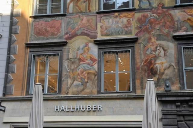 Bemalte Hausfassade mit einem Reiter