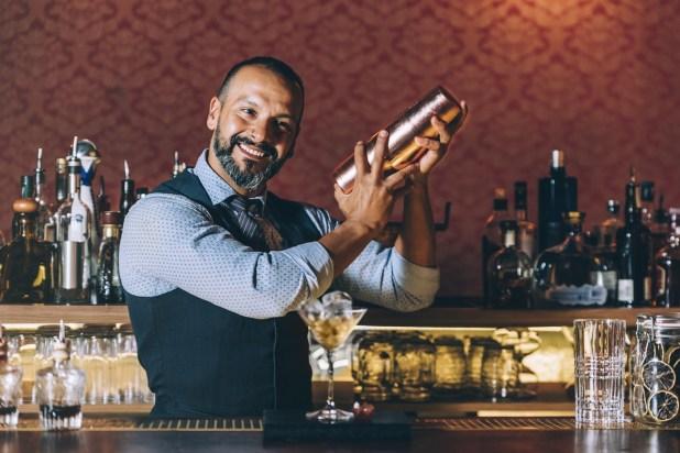 Barkeeper beim Cocktail mixen, Einsatz von Angostura Bitter