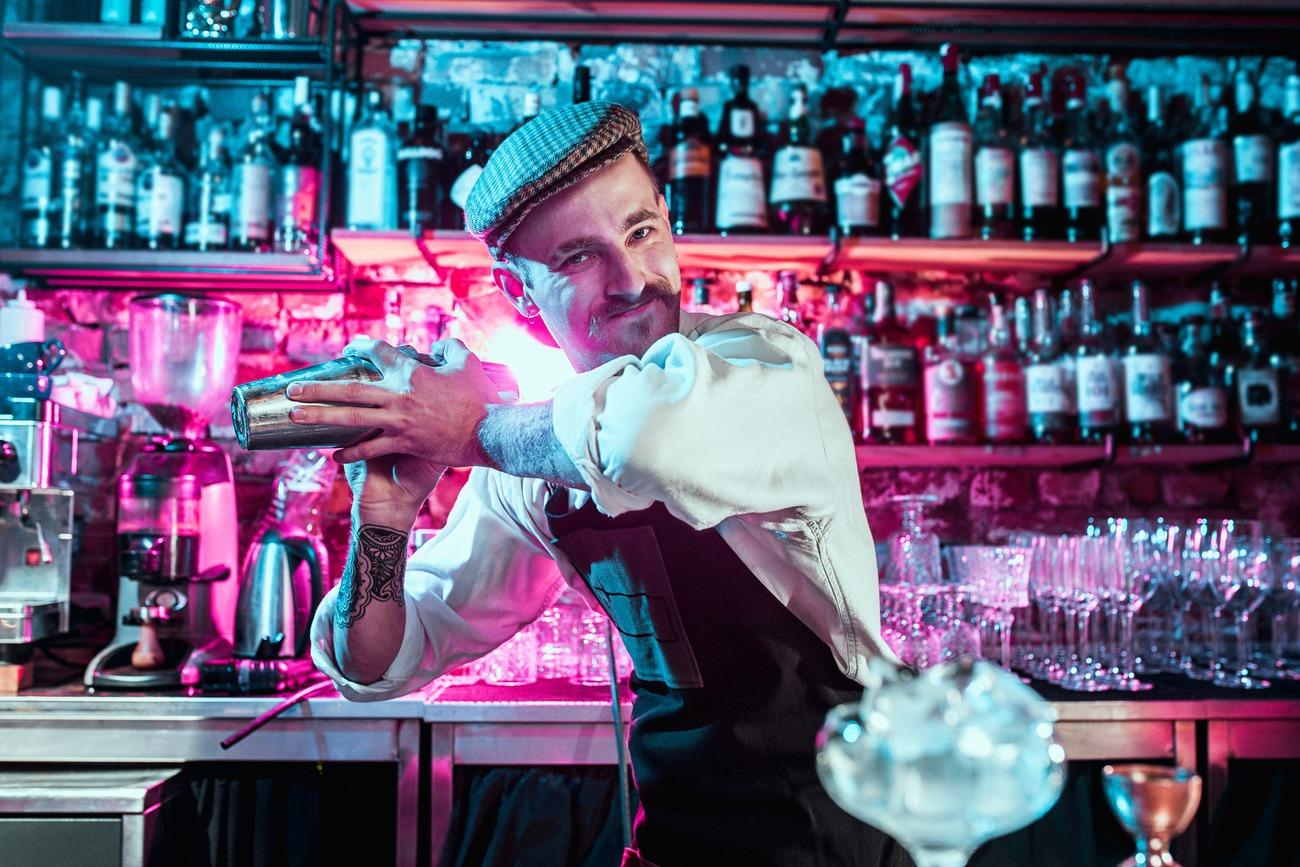 Barkeeper beim shaken, Einsatz von Angostura Bitter
