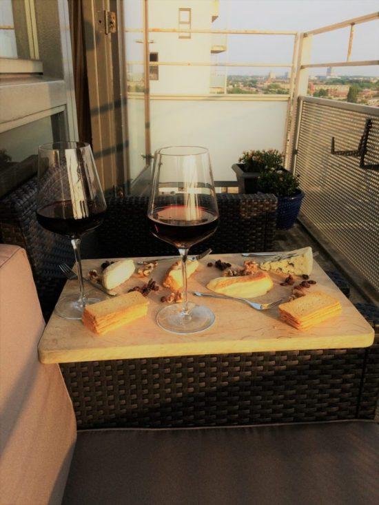 Kaasplank met wijn voor een kaasliefhebber