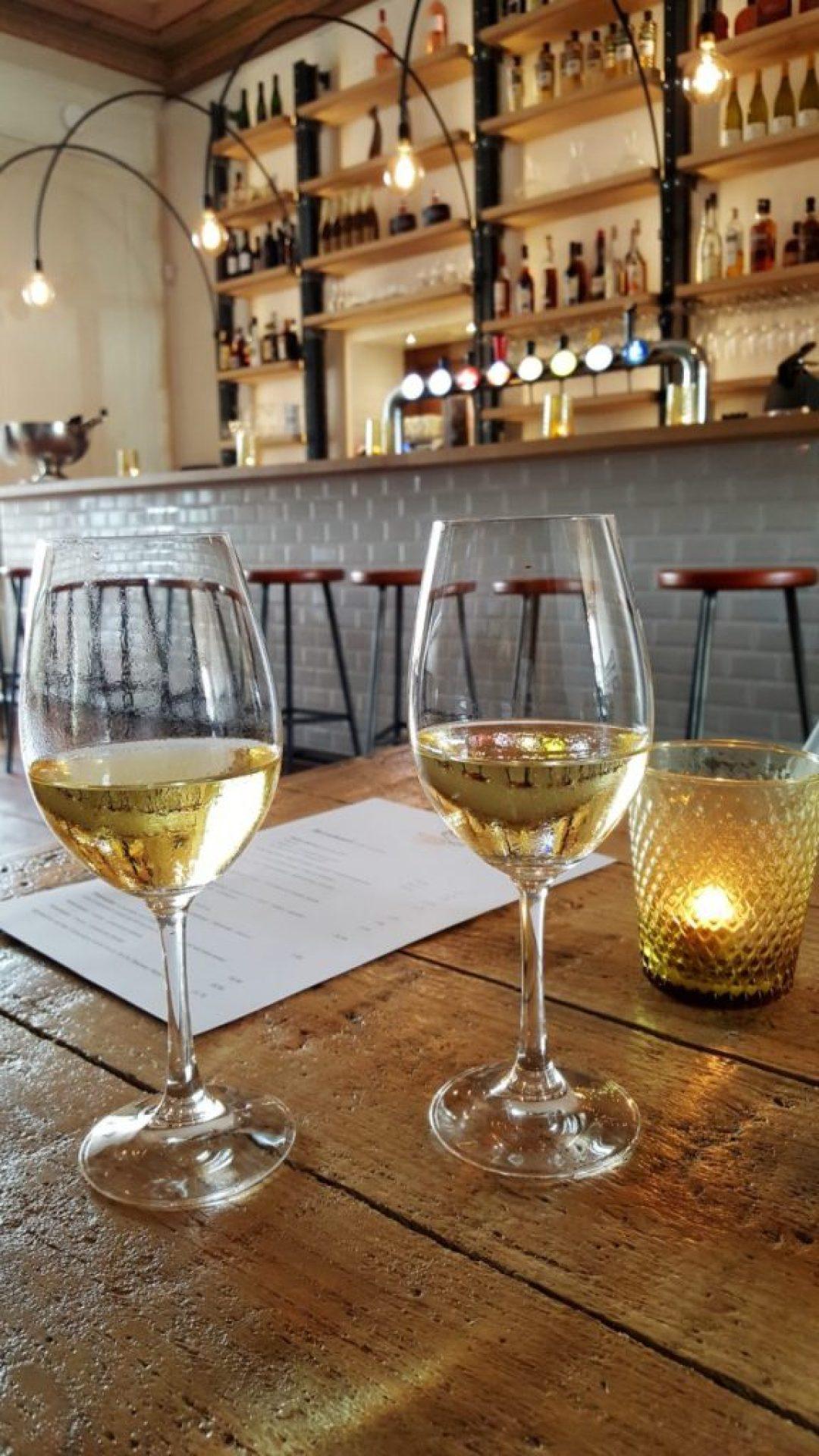 het vliegendt hert: uitzicht op de wijnbar