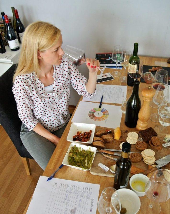 wijnproeverij thuis organiseren: wijn en hapjes