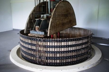 Een druivenpers kan 4000 kilo druiven tegelijk persen en kan daar volgens de regels maximaal 2550 liter druivensap uit extraheren.