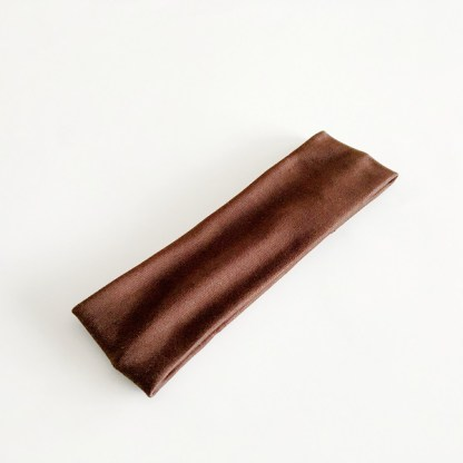 Klasická jednofarebná elastická čelenka do vlasov látková. Farba- hnedá. Rozmer: 6.5cm.