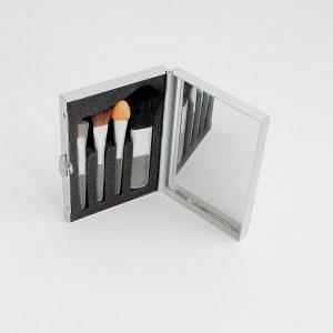 Malé kozmetické zrkadielko do kabelky, obsahuje sadu kozmetických pomôcok. Farba- strieborná. Rozmer: 5cm x 6,5cm.