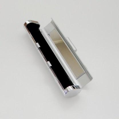 Luxusné púzdro na kozmetiku v zlatom prevedení, púzdro obsahuje aj zrkadlo. Farba- strieborná. Rozmer: 15cm x 3cm.