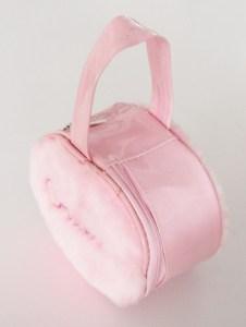 Detská luxusná chlpatá taštička pre malé princezné sa vždy hodí. Je praktická a vyrobená z výborného materiálu.Farba- ružová. Rozmer: 13cm x 10cm x 5cm.