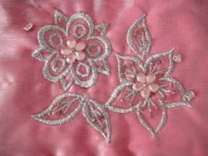 Štýlová malá vyšívaná taštička s korálkami na kozmetiku, mince a mnoho užitočných veci. Farba- ružová. Rozmer: 11cm x 9cm.