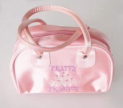 Detská luxusná saténová taštička pre malé princezné sa vždy hodí. Je praktická a vyrobená z výborného materiálu.Farba- ružová. Rozmer: 18cm x 19cm x 9cm.
