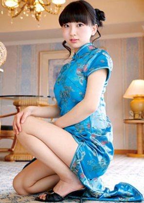 青山朱里チャイナドレスと巨乳