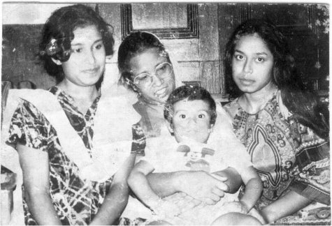 Young Taslima Nasrin (on the extreme left) with her mother and siblings