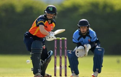 Amy Hunter with the gloves during a match between Typhoons and Scorchers