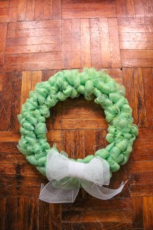 deco-mesh-wreath-diy-12