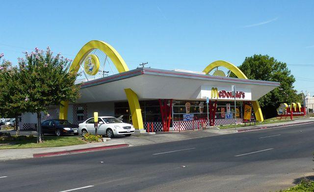 ماكدونالدز - مطعم مع الأقواس الذهبية