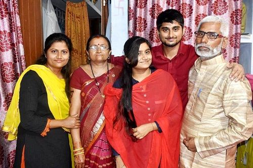 Deepak Thakur Parent and sisters