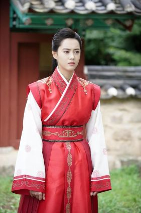 Go Ara in Traditional Dress
