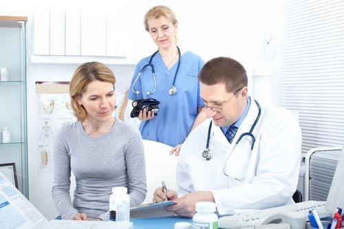 Đến các cơ sở y tế thăm khám và điều trị bệnh viêm cổ tử cung