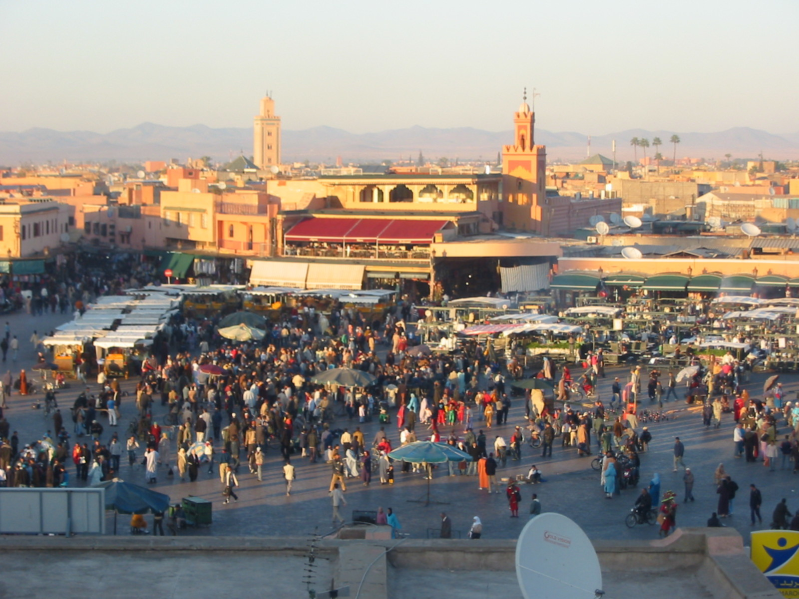 https://i0.wp.com/wikitravel.org/upload/shared/f/f1/Morroco_Djemaa_el_Fna_Evening.jpg