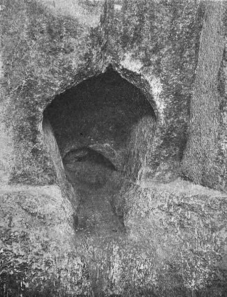 """इसकी शुरुआत में, आरोही पास में 3 बड़े घन ग्रेनाइट """"यातायात जाम"""" होते हैं, जो नीचे के मार्ग से बाहर हैं, एक चूना पत्थर इकाई के रूप में छिपा हुआ था जो अल-ममुना के कार्यों के दौरान गिर गया था। यह पता चला कि लगभग 3 हजार साल के वैज्ञानिकों को भरोसा था कि एक बड़े पिरामिड में डाउनस्ट्रीम मार्ग और भूमिगत कक्ष को छोड़कर कोई अन्य परिसर नहीं है। अल-ममुआन इन यातायात जाम के माध्यम से नहीं तोड़ सके, और वह बस उनके दाईं ओर से एक नरम चूना पत्थर में जीता।"""