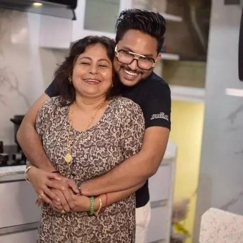 Jaan Kumar Sanu with Mother