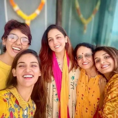 Mukti Mohan with Shakti Mohan, Neeti Mohan and Kriti Mohan