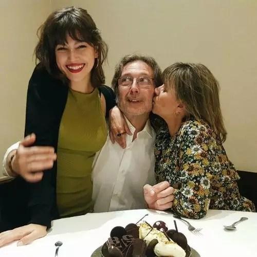 माता-पिता के साथ rsula Corberó