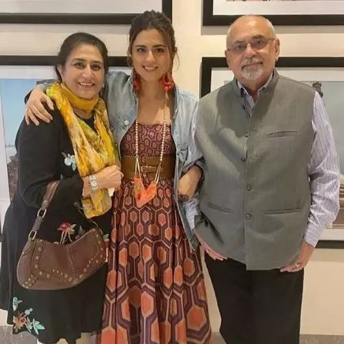 Ridhi Dogra with Parents