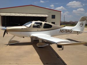 Cirrus SR22-G3 Avidyne in Houston Texas, by wikiWings.com
