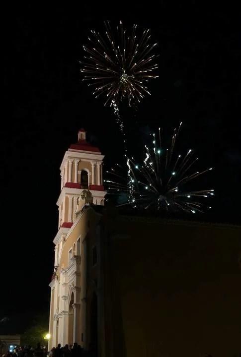 fotos de fuegos artificiales en las parrandas de remedios, Cuba