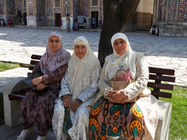 Pilgrims, Tilya-Kori Madrasah, Samarkand, Uzbekistan