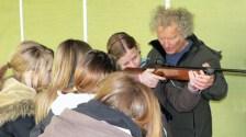 Hobby-Jäger legen in der Schweiz Kinder Waffen in die Hände