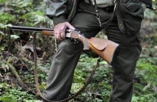 Jäger zielt auf Kind.