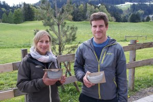 Monika Jung (ARNAL AG) und Pirmin Reichmuth (Kt. Appenzell Innerrhoden) mit Kunstnestern für Mehl- und Rauchschwalben. (Michael Götz)