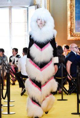 Die italienische Luxusmarke war für ihre Pelzmode bekannt. In der vergangenen Frühjahrskollektion machte Gucci mit einer riesigen Pelzmütze auf sich aufmerksam.