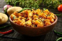 Blumenkohl und Kartoffeln in Joghurtsosse