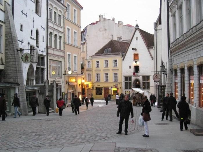 08Tallinn_street_scene