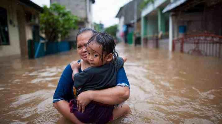 Banjir setinggi 50-150 centimeter menggenangi RW 4 Kelurahan Cipinang Melayu, Jakarta Timur, Senin (20/2). Banjir yang sempat surut pada Minggu (19/2) malam, kembali meninggi pada Senin pagi. Banjir tersebut disebabkan meluapnya Kali Sunter. Kompas/Hendra A Setyawan (HAS) 20-2-2017