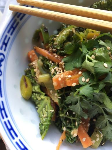 Asia Salat mit Gemüse und Sesam