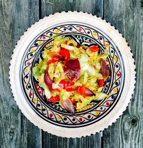 Orientalisches Weißkohlgemüse mit roten Zwiebeln und Paprika
