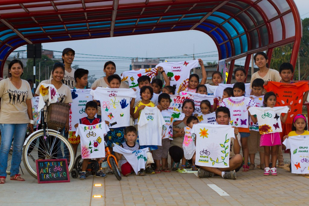 Children participate in Grupo Amable's art school © Ana Amable