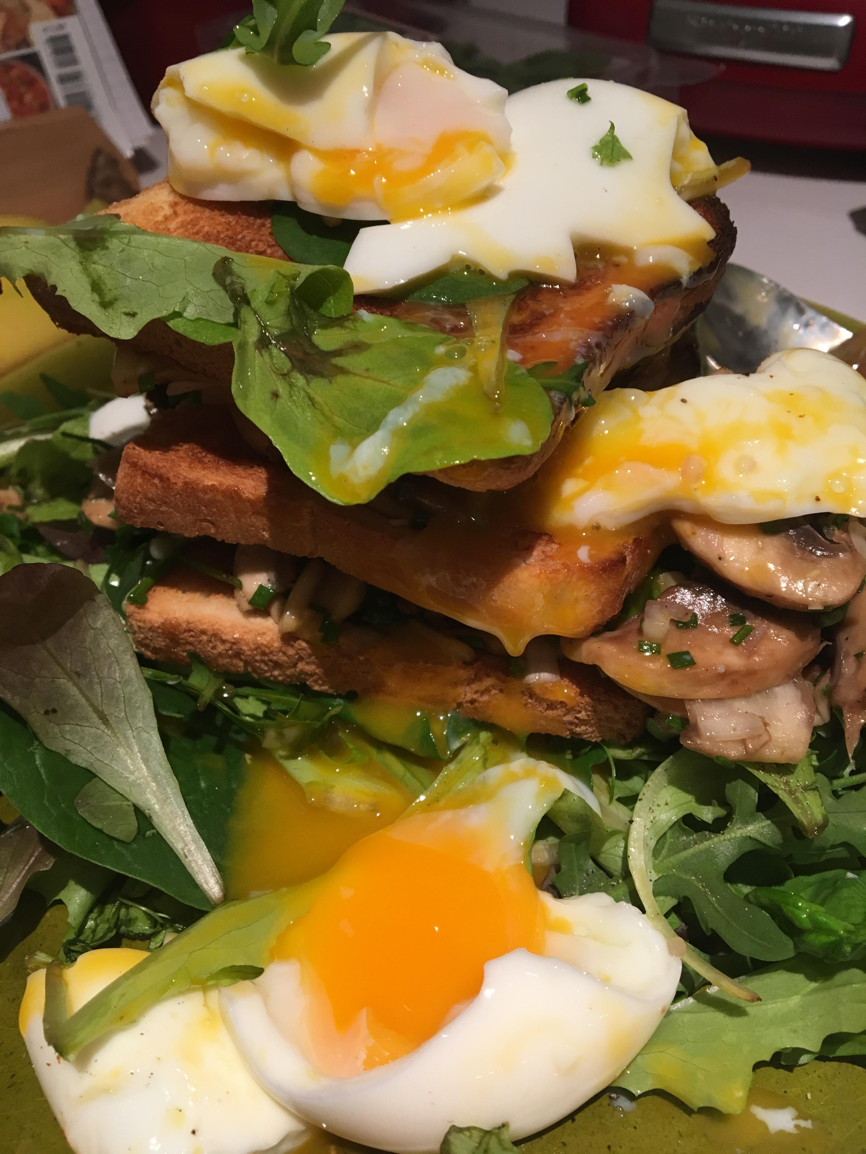 Toasttorentje met gemarineerde champignons en zachtgekookt ei