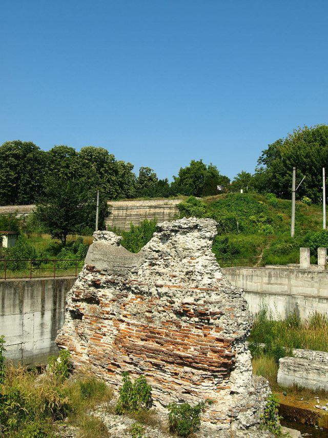 800px-Piciorul_Podului_lui_Traian,_malul_românesc_(19_august_2009)