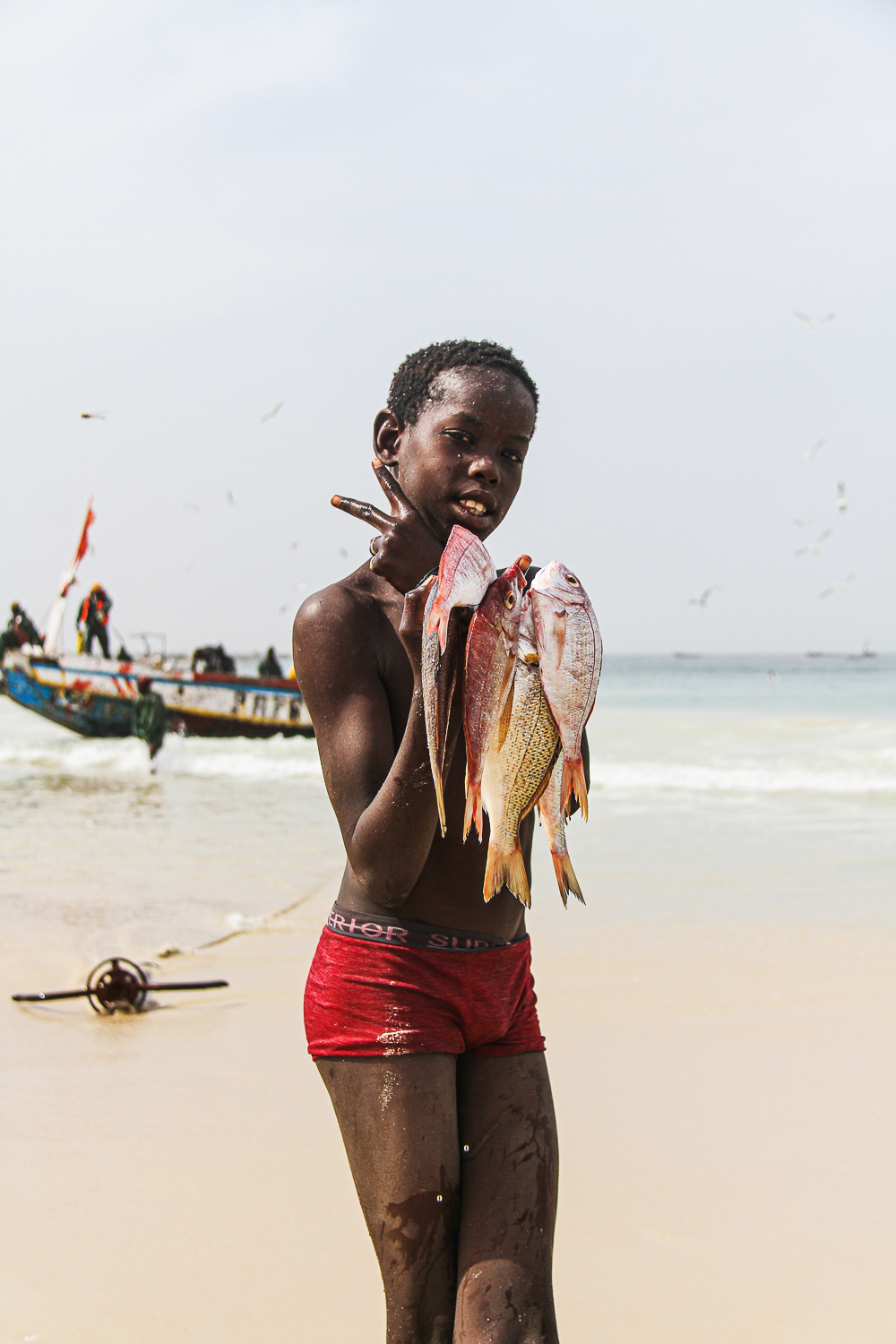 Closer to the market, there are people who hurry back and forth with trays of fish, which they sort, gut, fillet and lay out on large trestles to dry.. There are women who sell snacks, cook and catch up with the latest news. Children playing, young students meeting and having fun together.