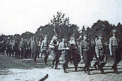 NS-Aufmarsch 1936 in Wilhelmshorst am heutigen Goetheplatz, an der Spitze des Umzugs läuft der NSDAP-Ortsgruppenleiter.