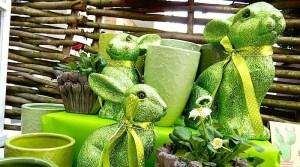 grüne Osterhasen an Marktstand