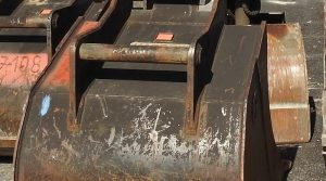 Detailaufnahme von Baggerschaufeln auf einer Baustelle