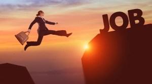 Frau springt zum Job