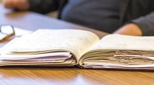 aufgeschlagene Kladde mit handschriftlichen Notizen